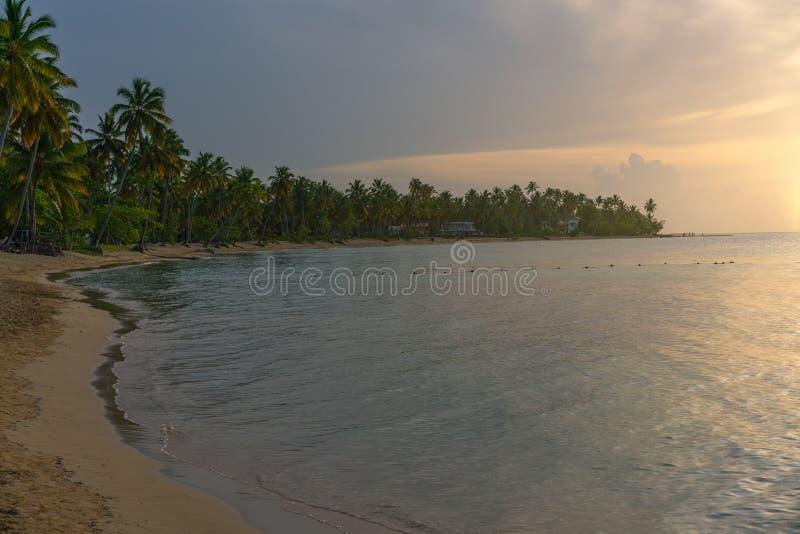 Hermosa playa de Bahía Príncipe al atardecer imagen de archivo