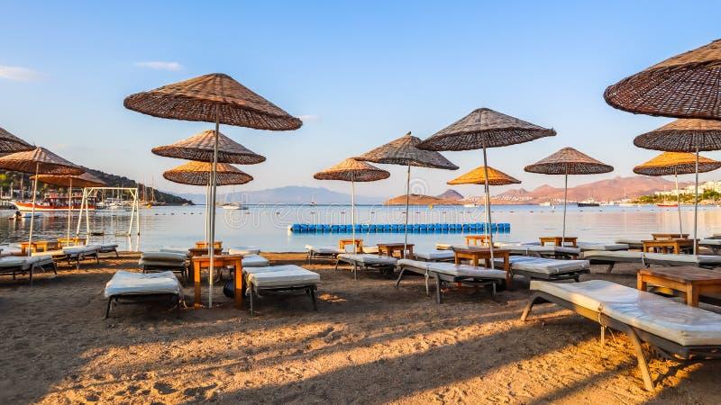 Hermosa playa a orillas de la tranquila bahía azul del Mar Egeo a primera hora de la mañana Vacaciones en la playa y destino vaca fotografía de archivo