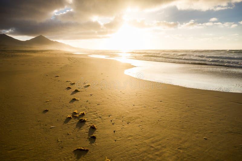 Hermosa playa sin nadie para un destino tropical pintoresco - vacaciones de verano - agradable puesta de sol en la orilla con mon fotos de archivo libres de regalías