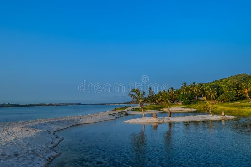 Hermosa playa y laguna de Bilene cerca de Maputo en Mozambique imagenes de archivo
