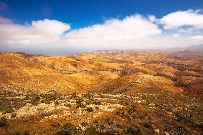 Hermosa vista al paisaje vulcanic de la isla de Fuerteventura del punto de opinión de Morro Velosa cerca del pueblo de Betancuria imagen de archivo libre de regalías