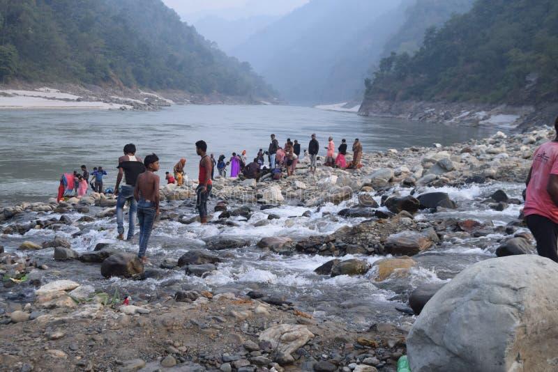 Hermosa vista cerca del río con la gente imagen de archivo