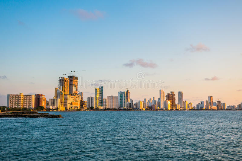 Hermosa vista de Cartagena detrás del océano imagenes de archivo