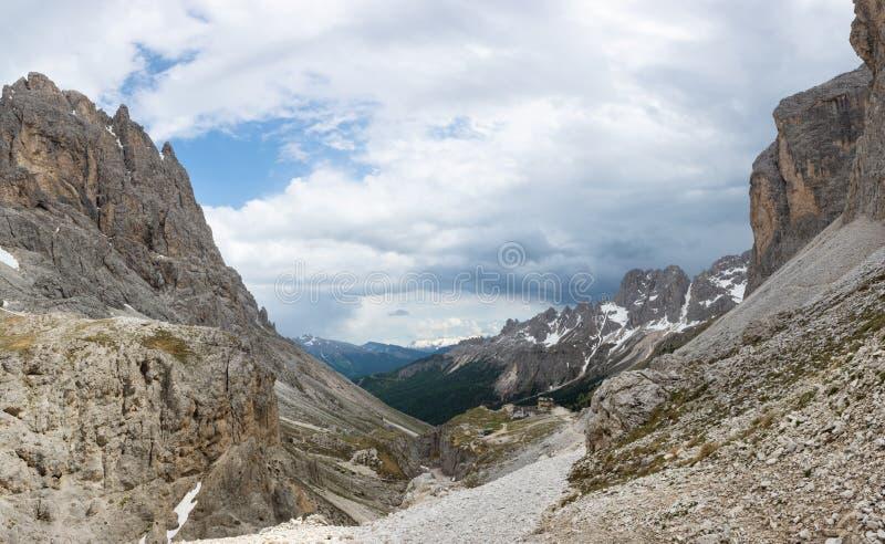 Hermosa vista de dolomías en el camino al paso Principe de Rifugio de Rifugio Vajolet, Italia imagenes de archivo