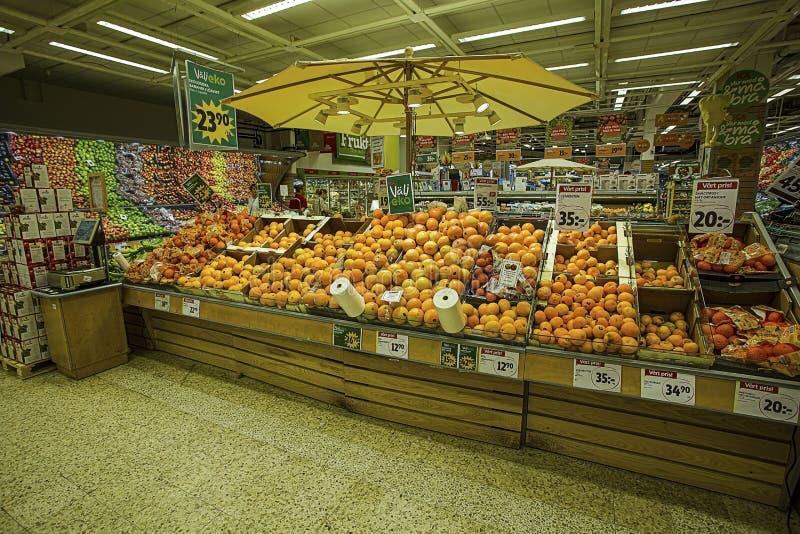 Hermosa vista de frutas y verduras coloroful en tienda del mercado Concepto sano de la consumici?n fotos de archivo libres de regalías