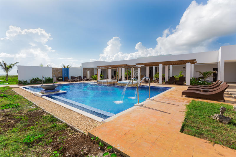 Hermosa vista de invitación que sorprende del balneario del centro turístico y de la piscina el día soleado fotos de archivo