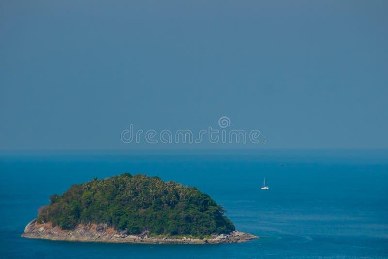 Hermosa vista de Koh Pu (isla del cangrejo) Una pequeña isla pacífica fotografía de archivo