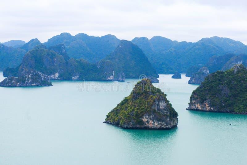 Hermosa vista de la bahía de Halong, Vietnam, vista escénica de las islas, Asia sudoriental fotos de archivo libres de regalías