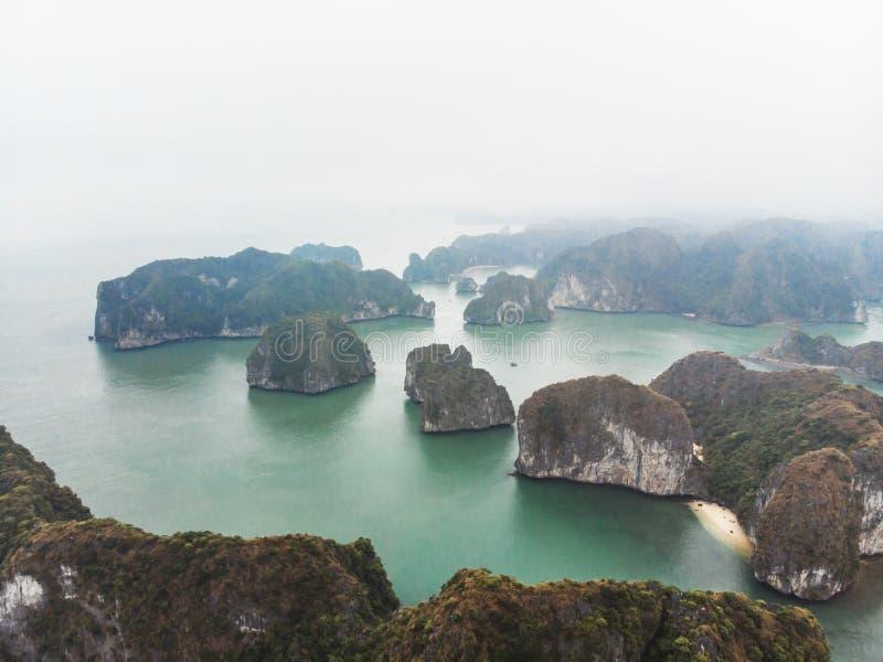 Hermosa vista de la bahía de Halong de la altura Vista superior de las rocas que se pegan fuera de su agua Vietnam septentrional  imágenes de archivo libres de regalías