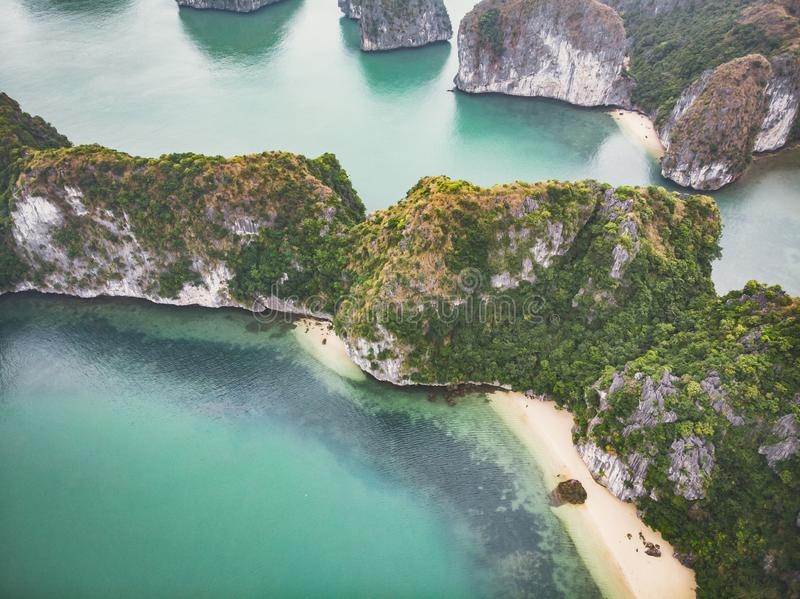 Hermosa vista de la bah?a de Halong de la altura Vista superior de las rocas que se pegan fuera de su agua Vietnam septentrional  foto de archivo