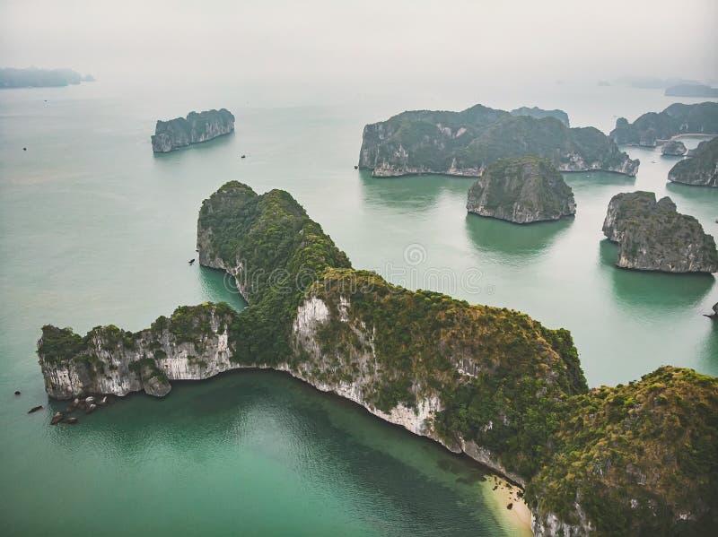 Hermosa vista de la bah?a de Halong de la altura Vista superior de las rocas que se pegan fuera de su agua Vietnam septentrional  fotos de archivo libres de regalías