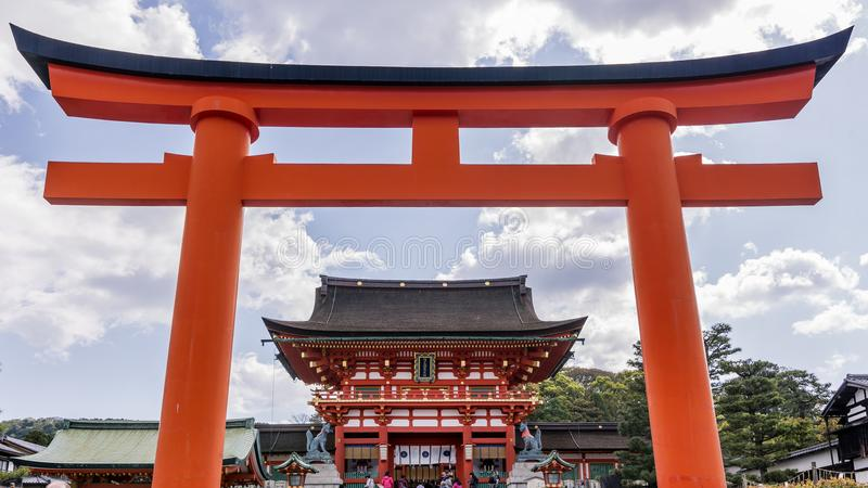 Hermosa vista de la capilla de Fushimi Inari en Kyoto, Japón, enmarcado en una puerta roja imágenes de archivo libres de regalías