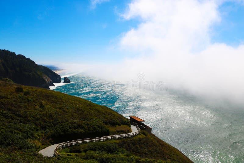 Hermosa vista de la carretera 1 a lo largo de la Costa del Pacífico foto de archivo