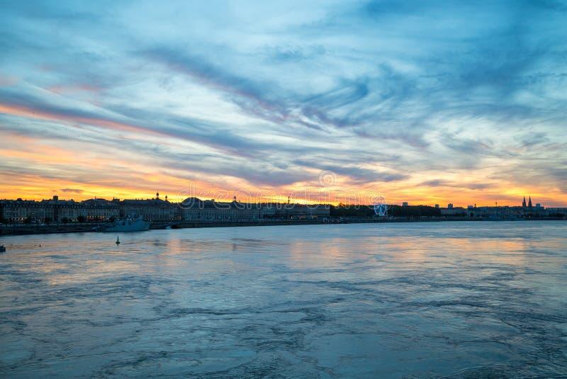 Hermosa vista de la ciudad de Burdeos y del río de Garona en el tiempo de la puesta del sol imágenes de archivo libres de regalías