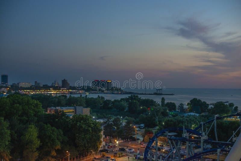 Hermosa vista de la ciudad costera Anapa con el río que fluye en el mar en la puesta del sol imagen de archivo