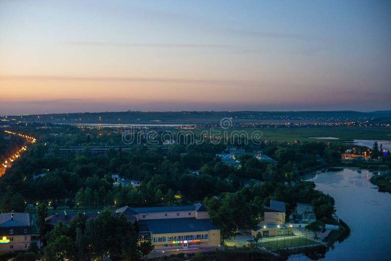 Hermosa vista de la ciudad costera Anapa con el río que fluye en el mar en la puesta del sol imagen de archivo libre de regalías