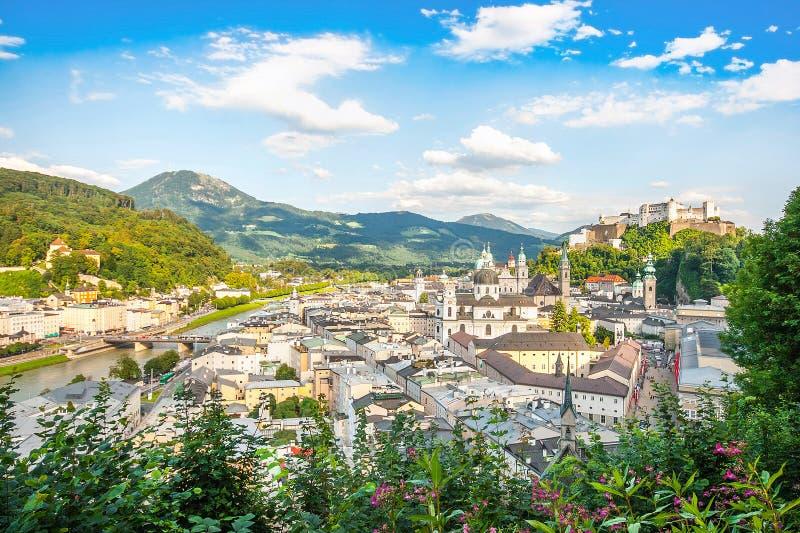 Hermosa vista de la ciudad histórica de Salzburg con Festung Hohensalzburg en el verano, tierra de Salzburger, Austria imagenes de archivo
