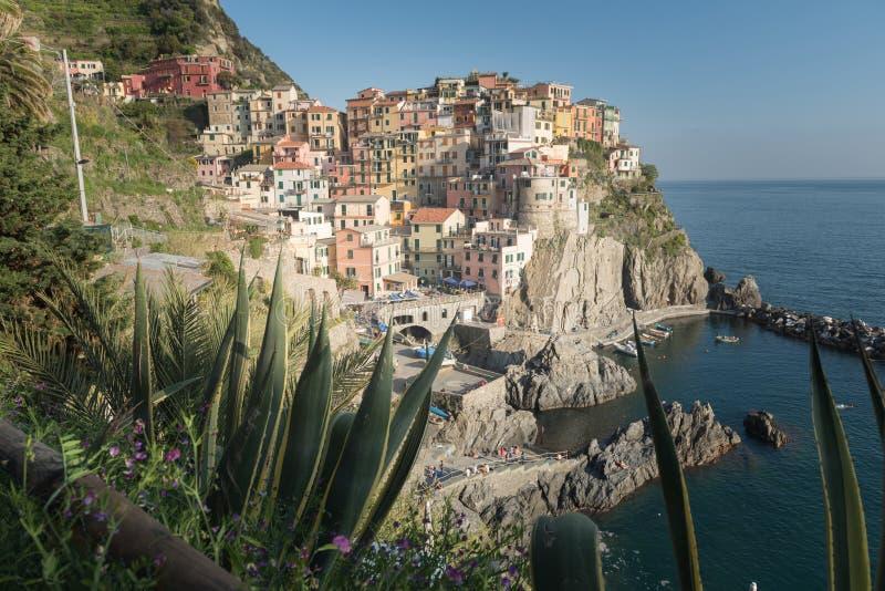 Hermosa vista de la ciudad de Manarola Es uno de cinco pueblos coloridos famosos de Cinque Terre National Park en Italia fotografía de archivo libre de regalías