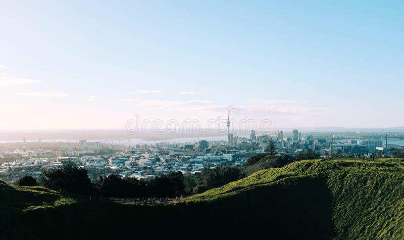 Hermosa vista de la ciudad de Seattle, Estados Unidos capturada de las colinas cubiertas de hierba imagen de archivo