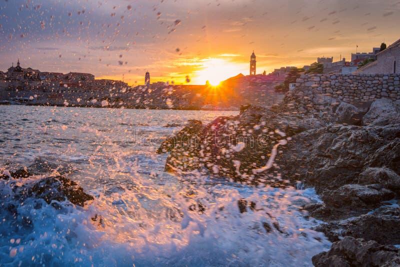 Hermosa vista de la ciudad vieja de Dubrovnik en la luz durante la tormenta, paisaje urbano, Croacia de la puesta del sol fotos de archivo libres de regalías