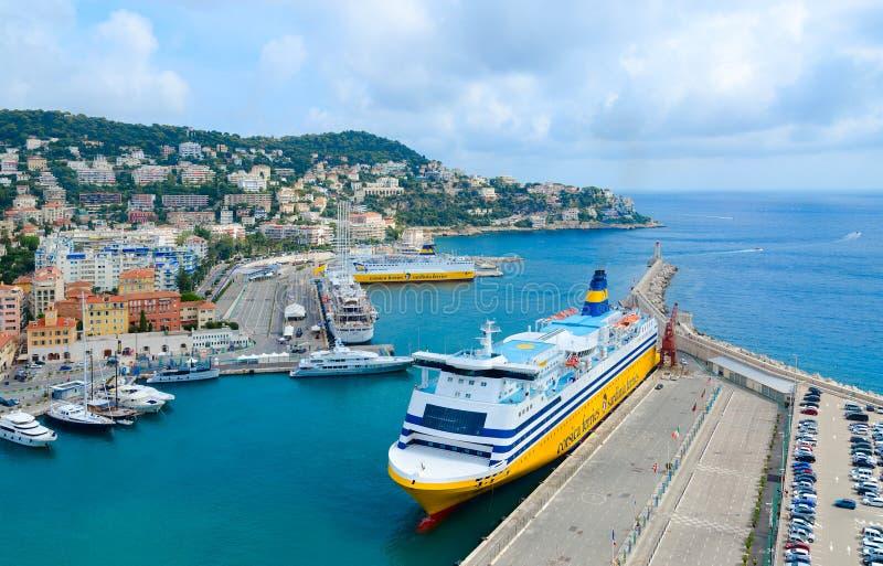 Hermosa vista de la colina romana en el puerto de Niza, Cote d'Azur, Francia imagenes de archivo