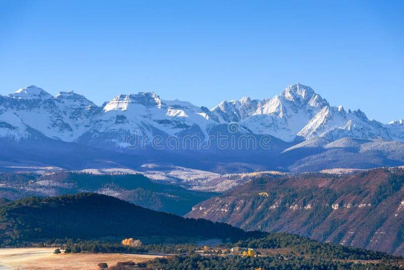 Hermosa vista de la gama nevada de Sneffels en un daylig brillante foto de archivo