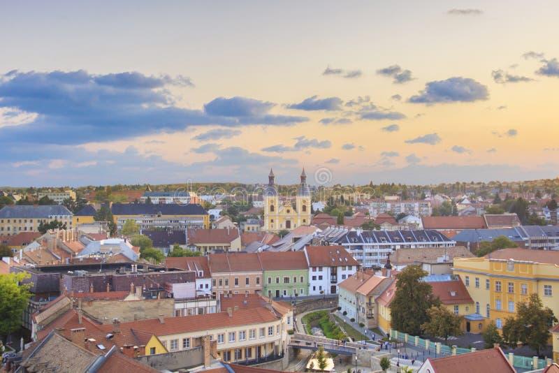 Hermosa vista de la iglesia de Minorit y del panorama de la ciudad de Eger, Hungría foto de archivo