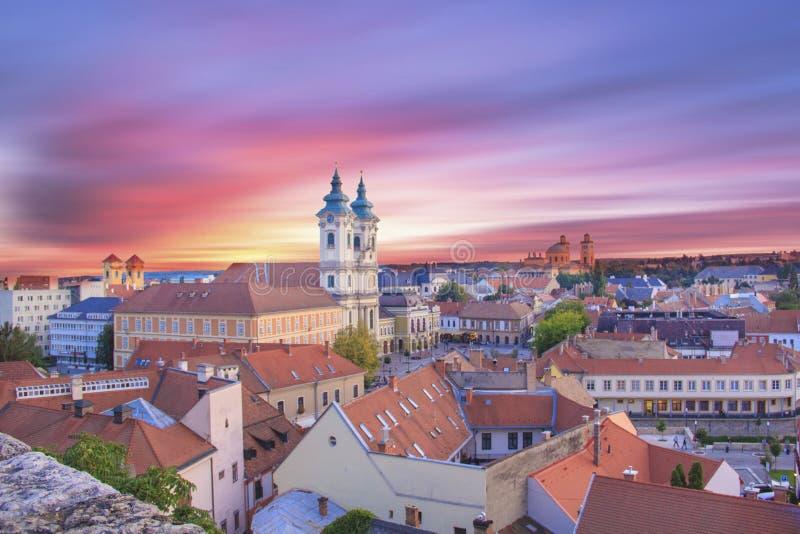 Hermosa vista de la iglesia de Minorit y del panorama de la ciudad de Eger, Hungría, en la puesta del sol imagenes de archivo
