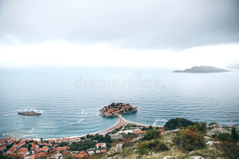 Hermosa vista de la isla de Sveti Stefan en Montenegro imágenes de archivo libres de regalías