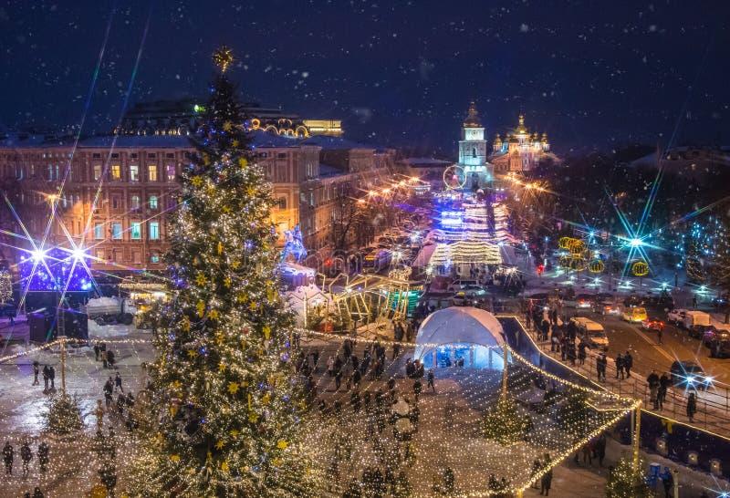 Hermosa vista de la Navidad en Sophia Square en Kyiv, Ucrania Árbol y santo principales Sophia Cathedral del Año Nuevo del ` s de imagenes de archivo