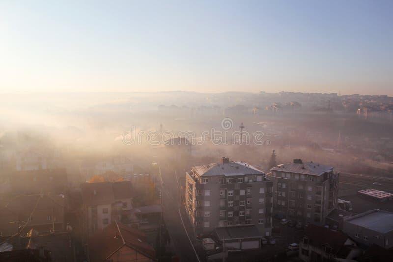 Hermosa vista de la niebla de la mañana del invierno que llena en el paisaje de casas y de edificios en Belgrado Paisaje durante  fotos de archivo libres de regalías