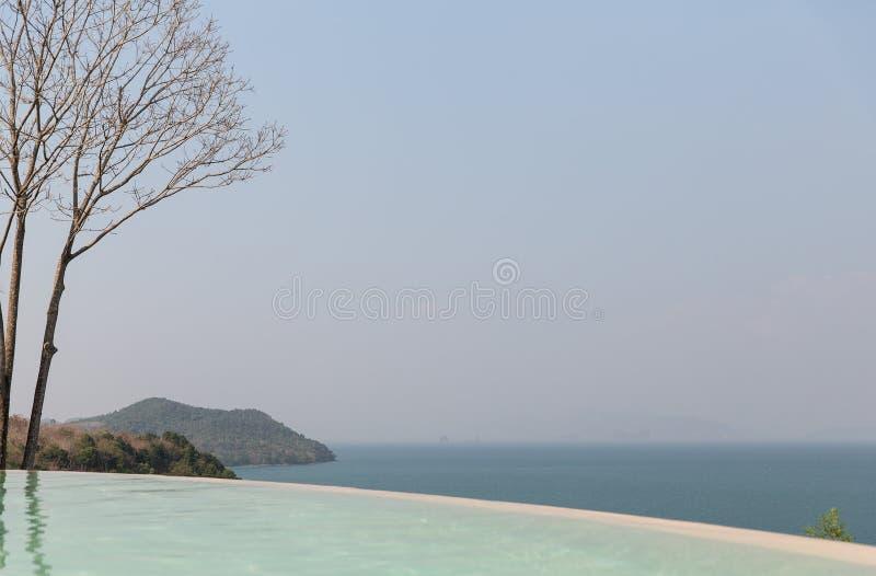 Hermosa vista de la piscina del borde del infinito al mar fotos de archivo libres de regalías