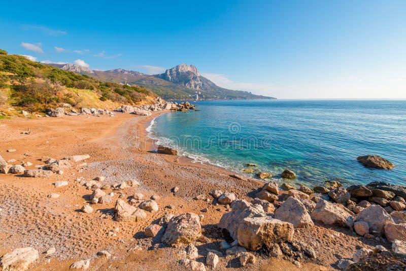 Hermosa vista de la playa arenosa y de la costa rocosa del Bla imagenes de archivo