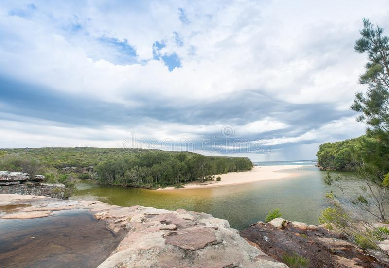 Hermosa vista de la playa de Wattamolla en parque nacional real, nuevo S imágenes de archivo libres de regalías
