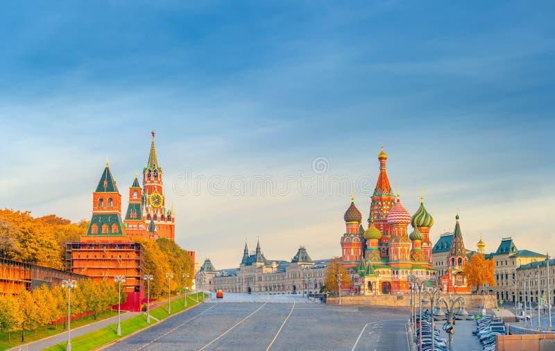 Hermosa vista de la Plaza Roja con Moscú el Kremlin y St Basil& x27; s en una mañana brillante del otoño, la señal visitada adent foto de archivo