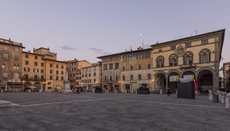 Hermosa vista de la plaza San Micaela en la hora azul, con la luna en el cielo, Lucca, Toscana, Italia imágenes de archivo libres de regalías