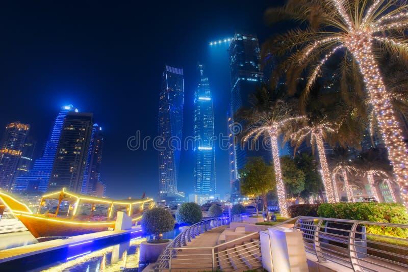 Hermosa vista de la 'promenade' del puerto deportivo de Dubai fotos de archivo libres de regalías