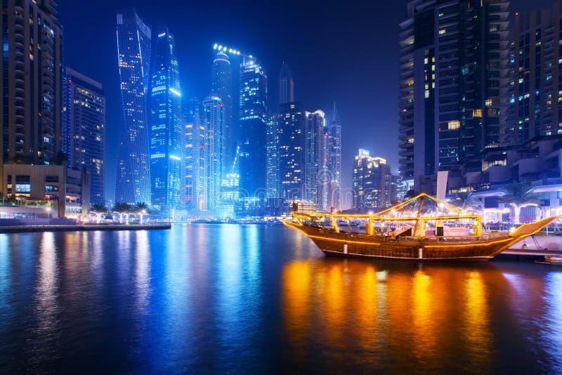 Hermosa vista de la 'promenade' del puerto deportivo de Dubai fotografía de archivo