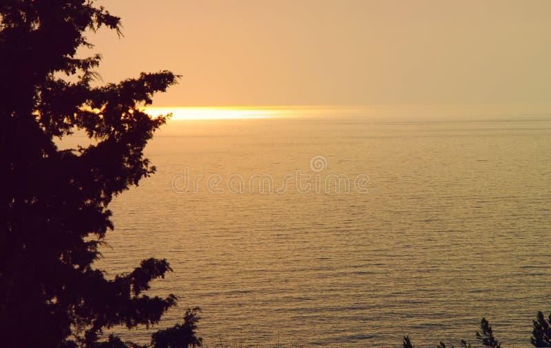 Hermosa vista de la puesta del sol y de la trayectoria soleada de los rayos del sol poniente fotografía de archivo