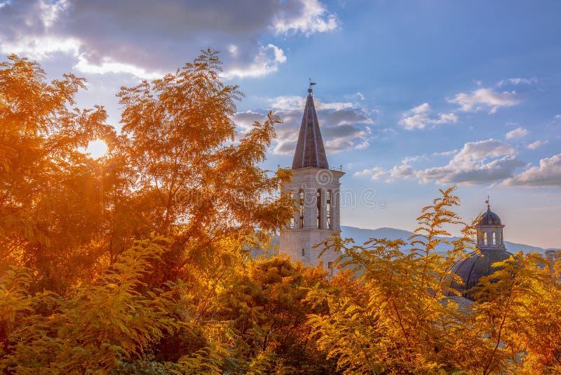 Hermosa vista de la torre de la catedral de Santa Maria Assu fotos de archivo