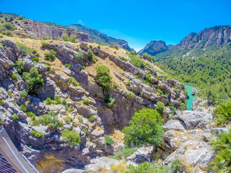 Hermosa vista de la trayectoria de la montaña de Caminito Del Rey a lo largo de los acantilados escarpados imágenes de archivo libres de regalías
