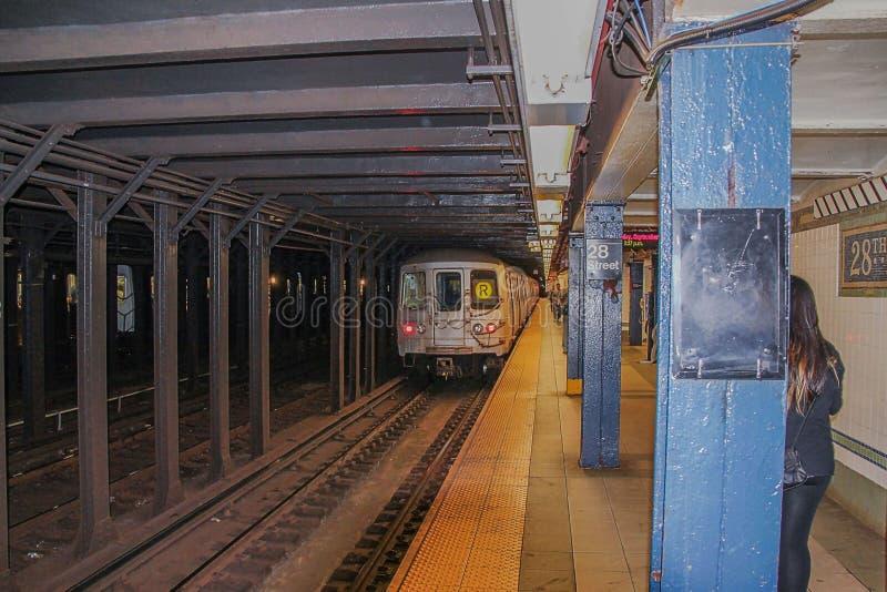Hermosa vista de la 28va cuarta calle de la estación de metro Fondos hermosos Concepto del transporte imágenes de archivo libres de regalías