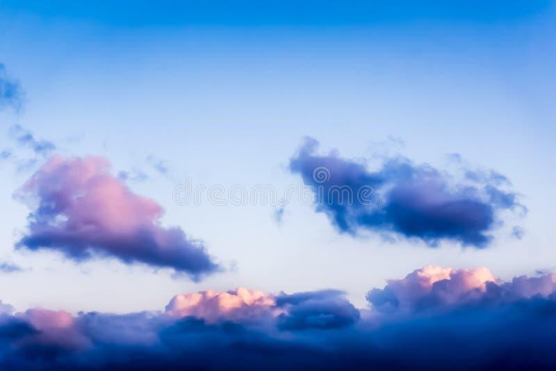 Hermosa vista de la ventana del aeroplano - nubes blancas azules rosáceas imagen de archivo libre de regalías