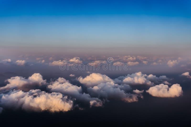 Hermosa vista de la ventana del aeroplano - nubes blancas con el cielo azul imagen de archivo
