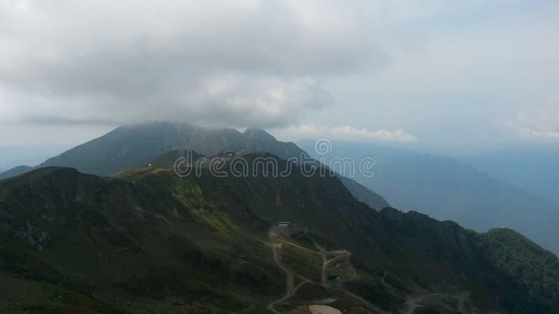 Hermosa vista de las montañas del Cáucaso desde arriba de la montaña de Aibga fotos de archivo libres de regalías