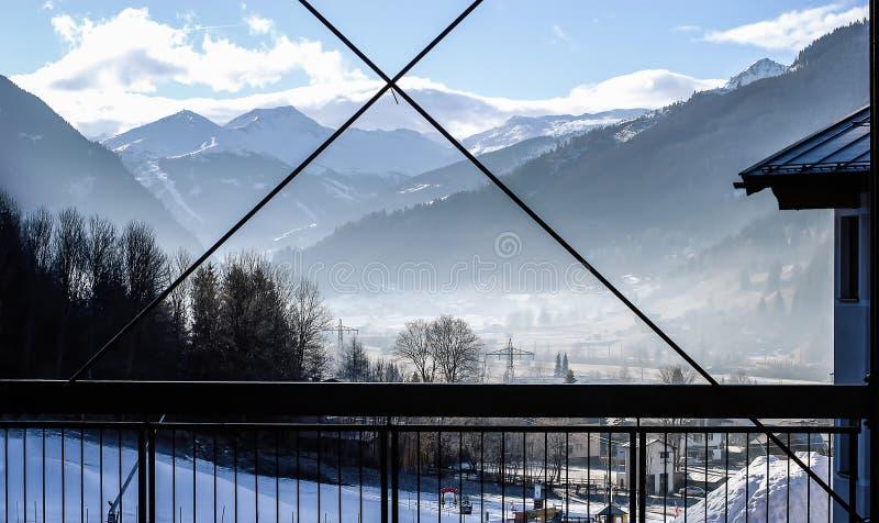Hermosa vista de las montañas soleadas de la nieve, las montañas, mún Hofgastein, Austria foto de archivo libre de regalías
