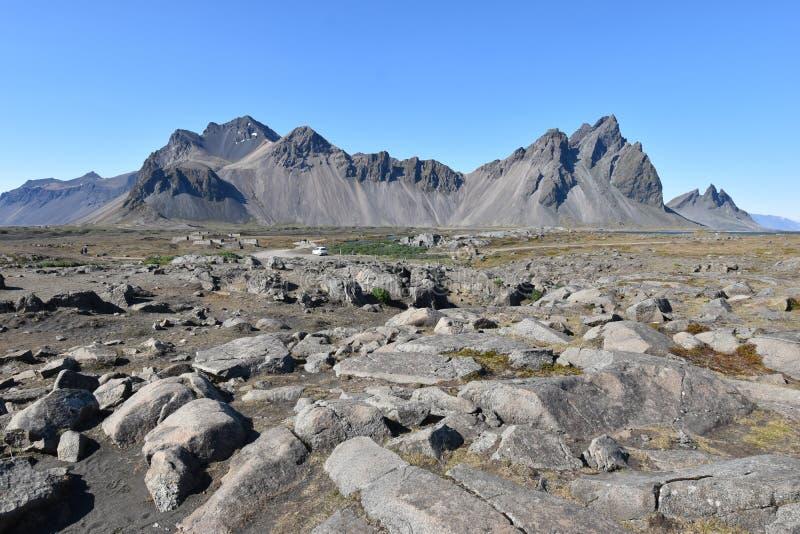 Hermosa vista de las montañas de Vestrahorn con la arena negra en frente cerca de Hoefn en Islandia imagenes de archivo