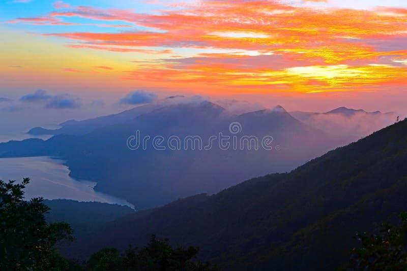 Hermosa vista de las montañas y del cielo durante la puesta del sol en la isla de Lantau, Hong Kong imágenes de archivo libres de regalías