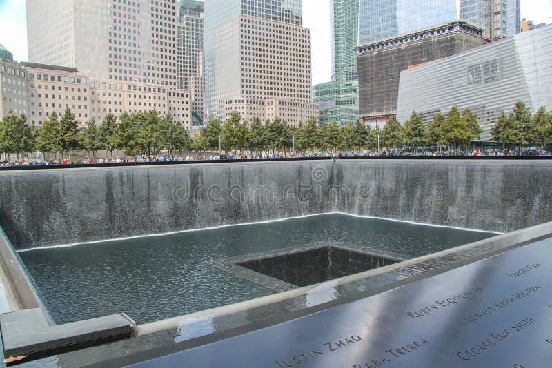 """Hermosa vista de las piscinas de 9/11 de Memorialââ del 'del ¬â del """"reflejo gemelas de los ¢s Las cascadas artificiales más gra fotografía de archivo libre de regalías"""