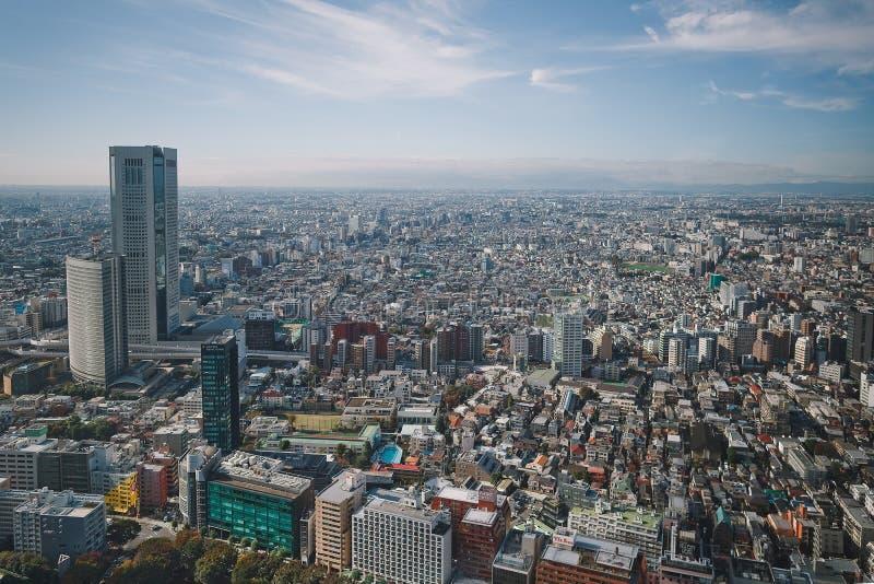 Hermosa vista de las ventanas de un rascacielos fotos de archivo